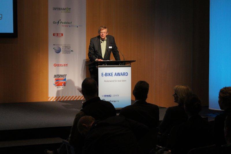 Ludger Koopmann vom ADFC hält die Laudatio auf den Sieger des E-Bike Awards. Foto: e-Rad Hafen
