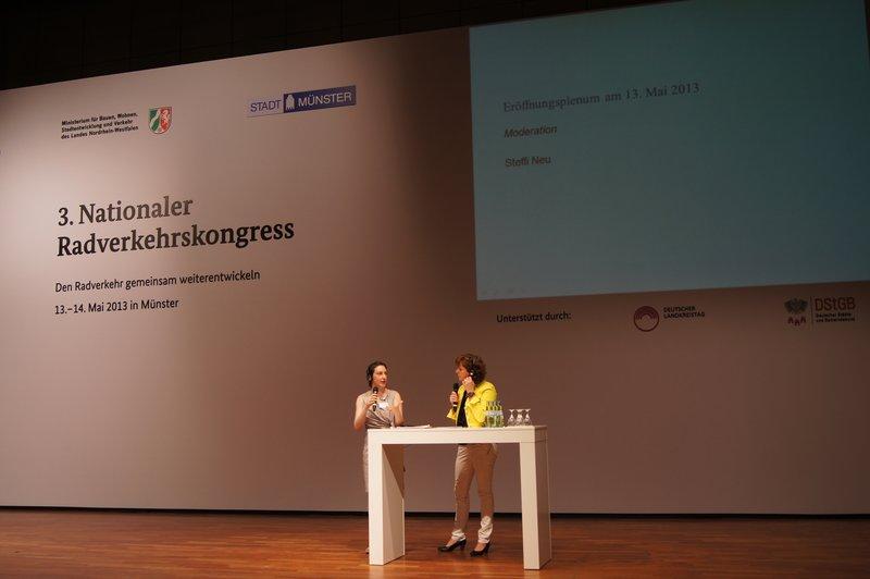 Moderatorin Steffi Neu befragt Frau Kenton nach der Radtauglichkeit ihres Kleids, Foto: e-Rad Hafen