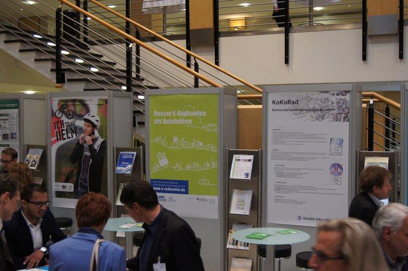 Stände von VCD und UBA im Foyer, Foto: e-Rad Hafen