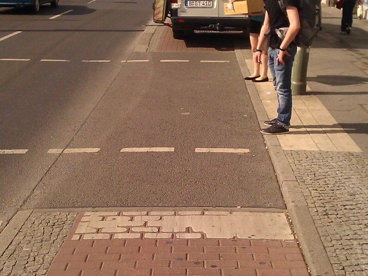 ...Rad hat die Wahl - Füßganger_innen nerven oder anhupen lassen... Foto: e-Rad Hafen